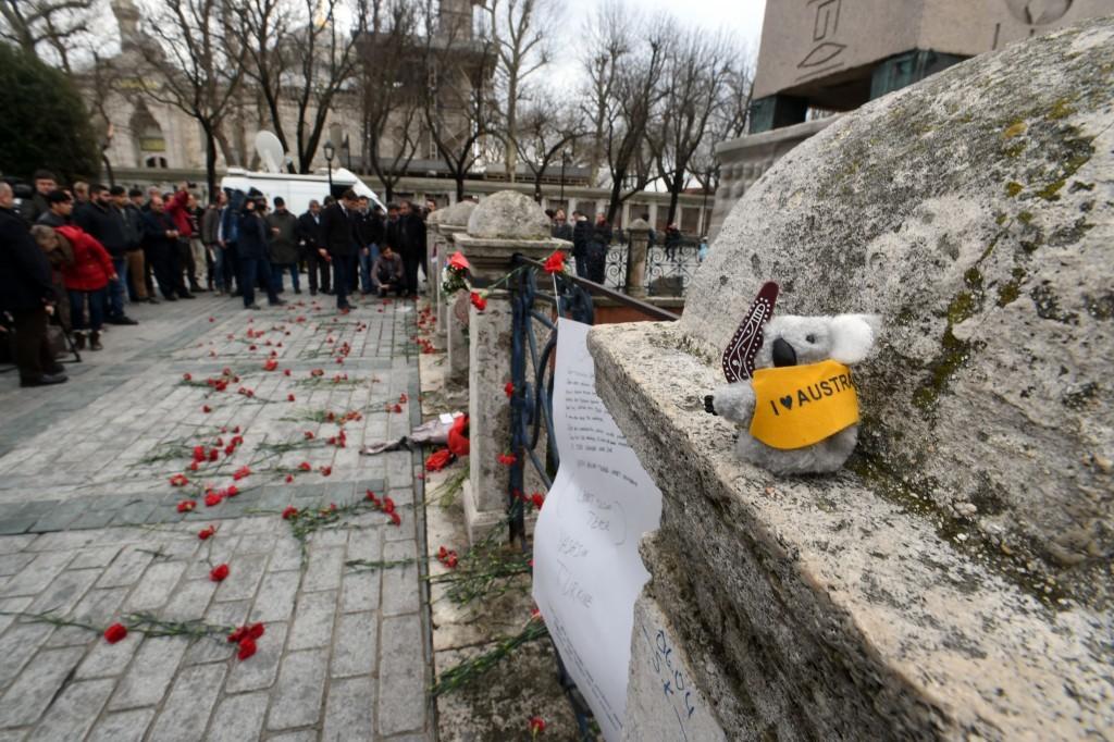 Turistler saldırının yaşandığı Dikilitaş etrafına karanfiller, güller, Alman futbol takımlarının atkilari ve ülkelerine ait semboller bıraktı.