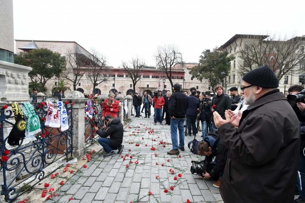 Sultanahmet'teki canlı bomba saldırısında hayatını kaybedenler için bir çok kişi dua etti.