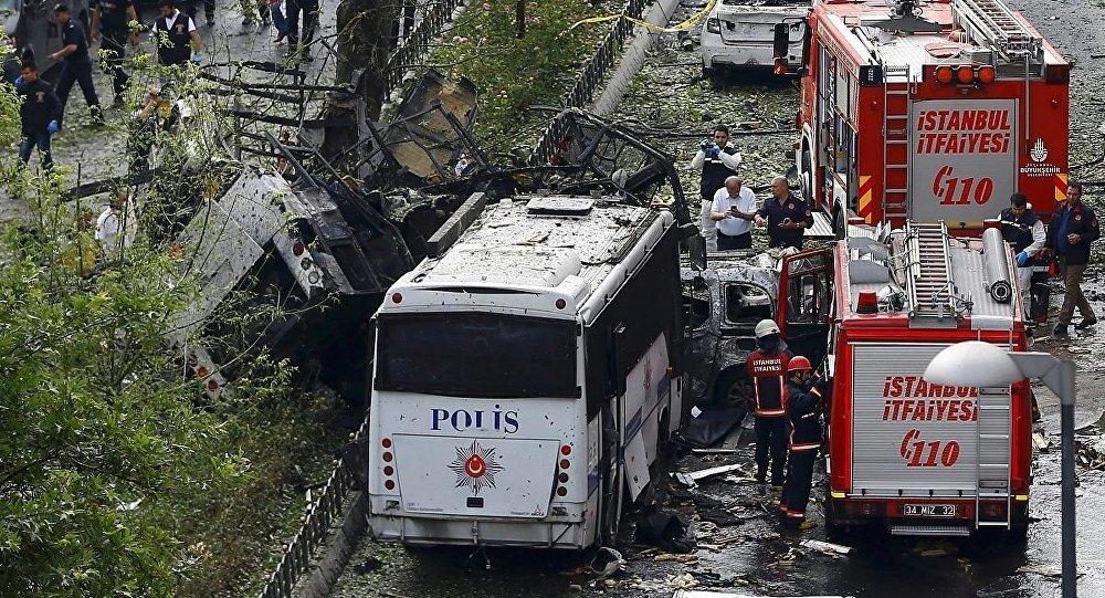 Veznecilerde park halindeki bomba yüklü araç Çevik Kuvvet servisi geçerken teröristlerce uzaktan kumandayla patlatıldı