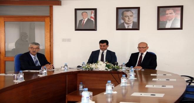 KKTC Başbakanı Ömer Kalyoncu (sol başta), UBP Genel Başkanı Hüseyin Özgürgün (ortada), CTP Genel Başkanı Mehmet Ali Talat (sağda).