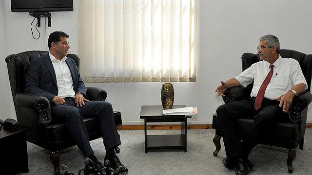 KKTC Başbakanı Ömer Kalyoncu (sağda), UBP Genel Başkanı Hüseyin Özgürgün (solda).
