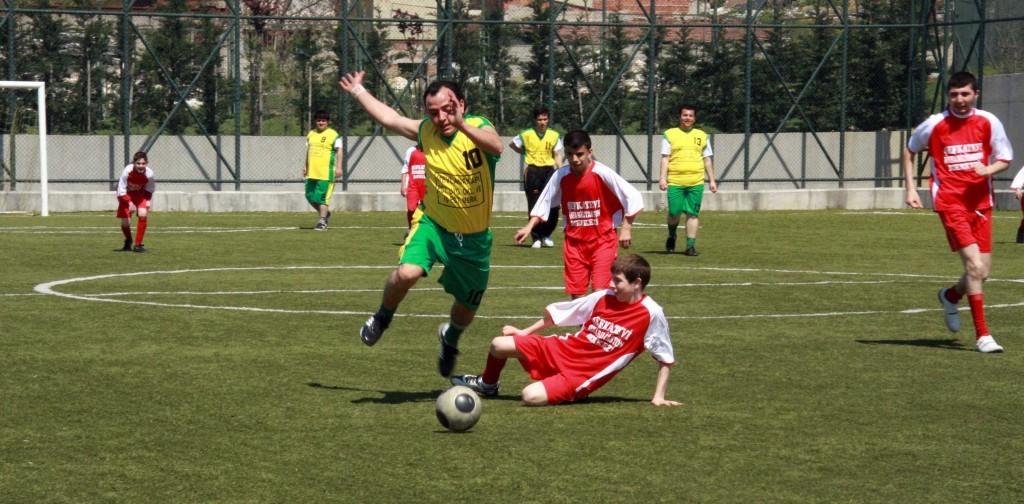 Halı sahada futbol doktorlar tarafından çeşitli zararları nedeniyle eleştiriliyor.