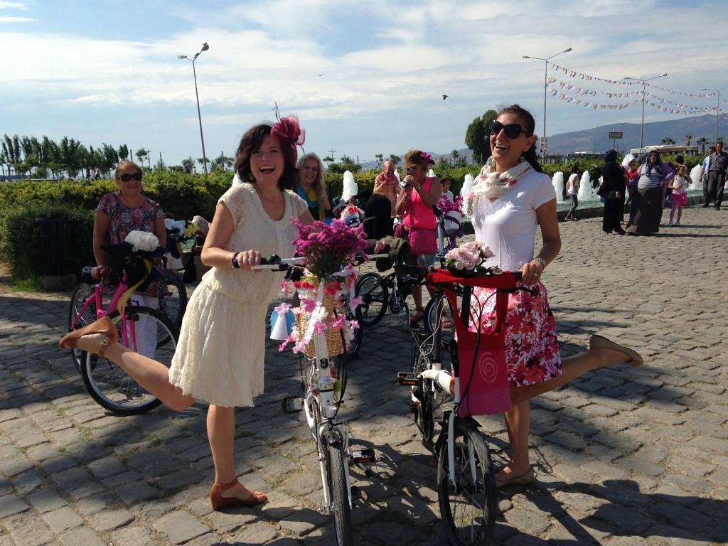 İzmir Süslü ve Bisikletli Kadınlar Grubu