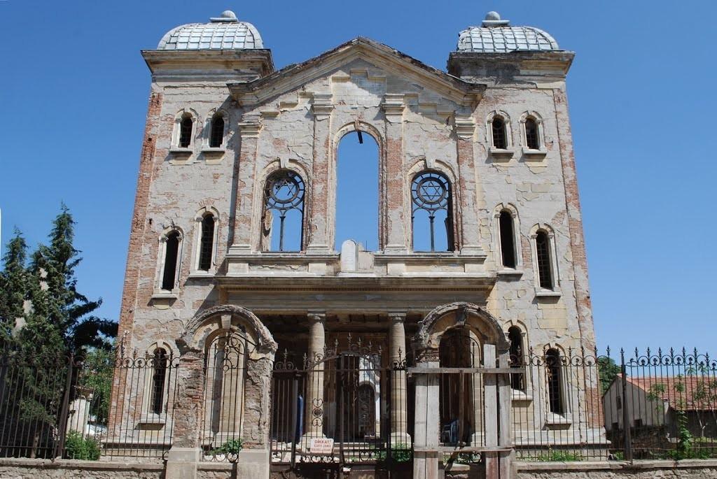 Büyük Sinagog'un ilk halinden sadece dört duvar kalmıştı.