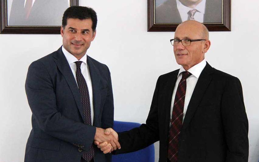 Koailsyon ortağı UBP Genel Başkanı Hüseyin Özgürgün (solda) ve CTP Genel Başkanı Mehmet Ali Talat (sağda).