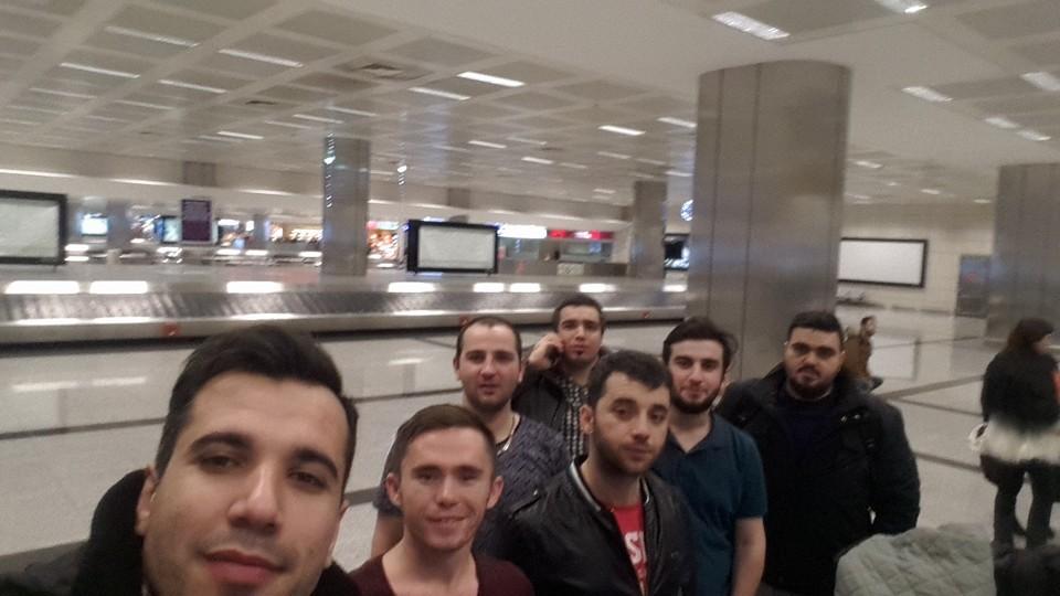 Rusya'dan Türkiye'ye dönen öğrenciler havaalanında toplu fotoğraf çektirdi.
